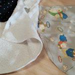 Etape 1 : Choisir les tissus, une face décorative, une face lavante ou démaquillante (serviette éponge, polaire).