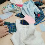 Les élèves au travail grâce aux tissus donnés par les adhérents du SabliEr (S.E.L de Villages solidaires).