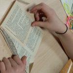 Fabriquer un sapin de Noël avec un vieux livre : étape 3.
