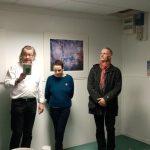Présentation de l'exposition par le maire à l'appui d'un petit ouvrage de Le Clézio, avec les photographes devant les sténopés de Gérard Joblot.